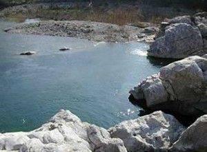 se baigner dans l'eau du source